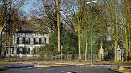 <strong>Villa Rijnoord</strong><br>De Stichting Rijnoord is eigenaar van Huis Rijnoord. Huis Rijnoord is een rijksmonument aan de rand van het Landgoed Bredius. Het witgepleisterde huis heeft een grote tuin en een theehuis dat als blikvanger in de singel staat. De villa is het hoofdhuis van het landgoed. Het huis werd in 1863 samen met het theehuis gebouwd in opdracht van de Woerdense burgemeester Cornelis Bredius die er zelf in ging wonen. Daarna ging zijn zoon Jacobus Bredius erin wonen.Toen hij vertrok bleven zijn twee dochters, die rond 1880 ook vertrokken.